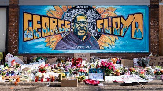 In der Chicago Avenue in Minneapolis haben viele Menschen Blumen in Gedenken an George Floyd niedergelegt