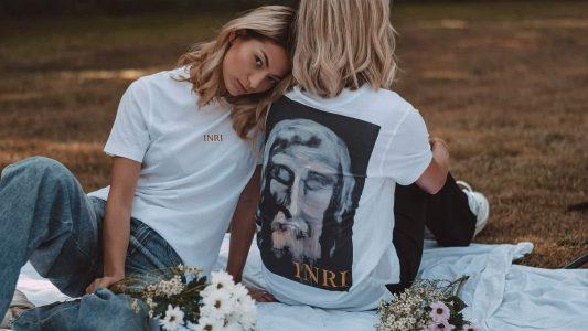 """Die T-Shirts mit den Buchstaben INRI und dem Konterfei von Jesus sollen ab Ende Oktober erhältlich sein. """"Jeder sollte seinen Glauben auf dem Herzen tragen können"""", findet der Erfinder Werner Lustig gegenüber pro."""