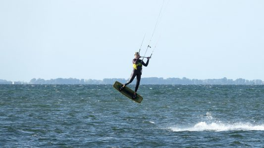 Pastor Erik Neumann lädt regelmäßig zum Kitesurfen ein – und bringt den christlichen Glauben ungezwungen mit ein.