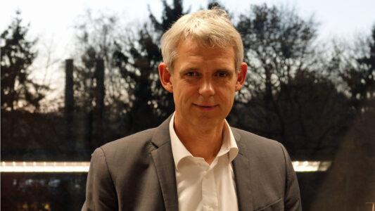 Heino Falcke, hier in seinem Büro, ist Professor an der Radboud Universität in Nimwegen