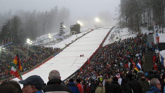 Wo sonst die Skispringer angefeuert werden, soll an Heiligabend 2020 ein ökumenischer Freiluftgottesdienst gefeiert werden