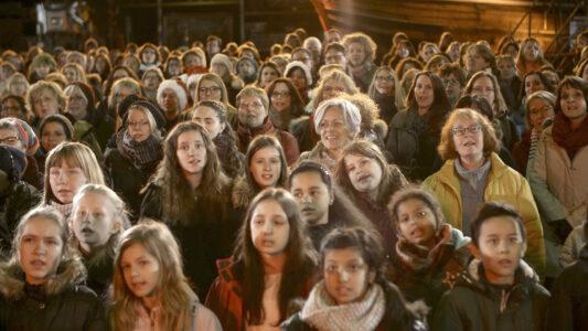 """Für das Mitmachkonzert """"Lieder zum Advent"""" versammelten sich vor der Corona-Pandemie über 400 Menschen im Hamburger Hafenmuseum"""
