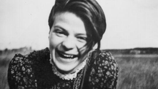 """Sophia Magdalena Scholl, die oft nur Sophie genannt wurde, kam am 9. Mai 1921 in Forchtenberg zur Welt. Als Studentin engagierte sie sich in der Widerstandsgruppe """"Weiße Rose"""". Nach einer Flugblatt-Aktion an der Universität München wurde sie verhaftet und am 22. Februar 1943 hingerichtet."""