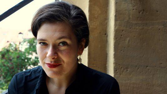 Nora Gomringer veröffentlichte mit 20 Jahren ihren ersten Gedichtband. Seit 2010 leitet sie das Internationale Künstlerhaus Villa Concordia in Bamberg. Sie wurde mit vielen Preisen geehrt, darunter mit dem Jacob-Grimm-Preis Deutsche Sprache, dem Joachim-Ringelnatz-Preis und dem Ingeborg-Bachmann-Preis. Sie ist Mitglied im deutschen PEN und schreibt Kolumnen für Radio und Print.