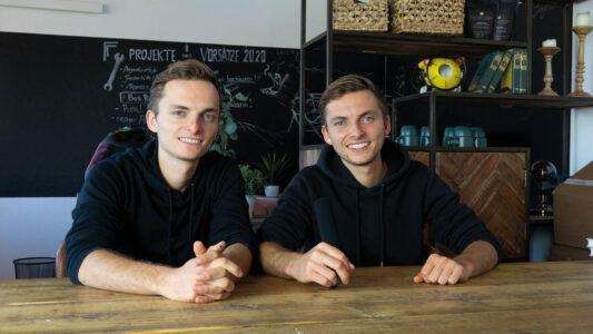 """Die """"Real Life Guys"""" sind die Zwillinge Johannes und Philipp (rechts) Mickenbecker. Philipp ist schwer an Lymphdrüsenkrebs erkrankt."""