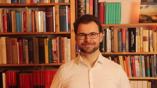 Der Theologe Markus Voss ist Lehrbeauftragter an der Friedrich-Schiller-Universität Jena und außerdem Autor verschiedener theologischer Bücher. 2013 analysierte er alle 2.308 Reden des damaligen US-Präsidenten Barack Obama auf dessen Religiosität.