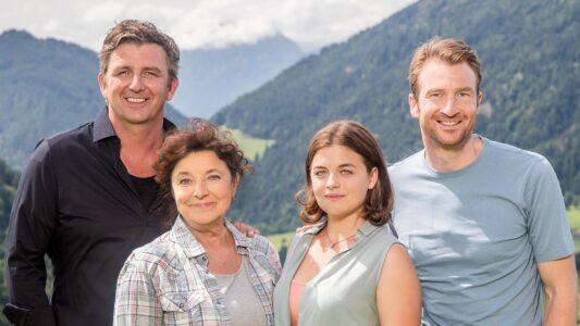 """Monika Baumgartner (2.v.l.) spielt Lisbeth Gruber und Hans Sigl ist """"Der Bergdoktor"""" namens Martin Gruber. In weiteren Rollen sind Ronja Forcher als Lilli Gruber und Heiko Ruprecht als Hans Gruber zu sehen. Am 14. Januar ist die 14. Staffel gestartet."""
