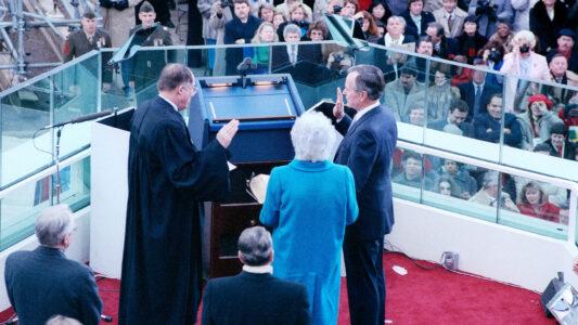 Eine Bibel muss nicht unbedingt verwendet werden beim Eid zur Amtseinführung des US-Präsidenten, aber alle tun es. (Hier 1989 bei George H. W. Bush).