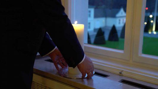 Bundespräsident Frank-Walter Steinmeier ruft zur Aktion #lichtfenster auf und stellt abends ein Licht in ein Fenster von Schloss Bellevue