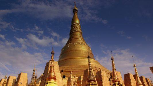 Der Buddhismus (Bild: buddhistische Shwedagon-Pagode) ist die dominierende Religion in Myanmar. Im ehemaligen Birma sind rund 87 Prozent der Menschen Buddhisten. Etwa sechs Prozent sind Christen, und rund vier Prozent der rund 53 Millionen Einwohner des Landes Muslime