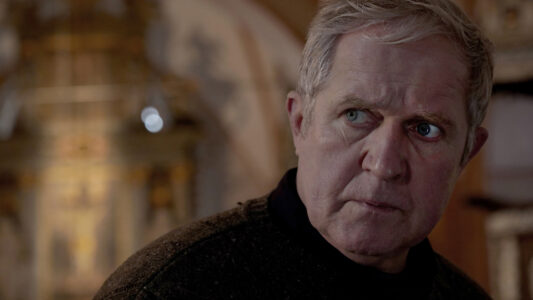 """""""Tatort""""-Darsteller Harald Krassnitzer spielt im ZDF-Drama """"Tödliche Gier"""" einen evangelischen Pastor, der sich gegen Geiselnehmer zur Wehr setzen muss. Ab besten ohne Gewalt."""
