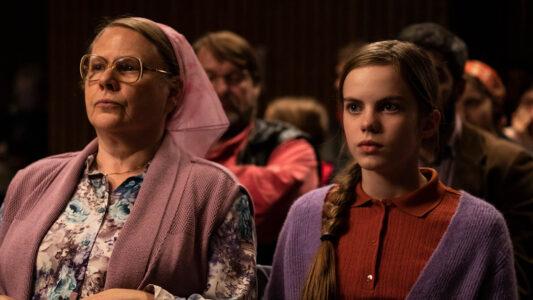 """Stellen im Berlinale-Film """"Mission Ulja Funk"""" Mitglieder einer bekloppten Freikirche dar: Hildegard Schroedter (li.) und Romy Lou Janinhoff (re.)"""