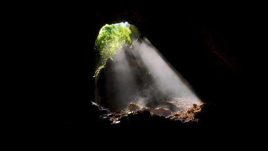 Lichtstrahl fällt in Höhle