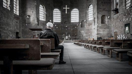 Mann in einer leeren Kirche