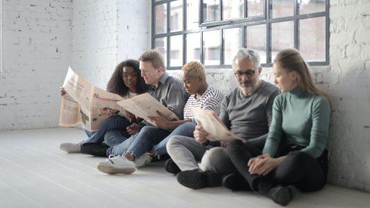 Gruppe, Menschen, Zeitung, lesen, Loft