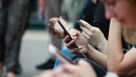 Menschen am Handy